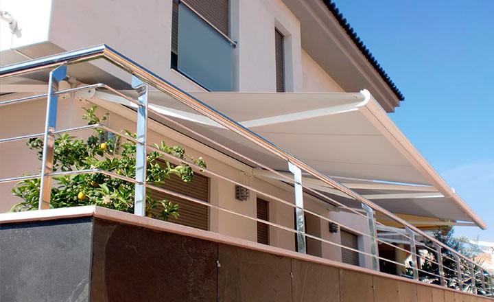 Toldos cofre en bilbao for Toldos verticales para terrazas